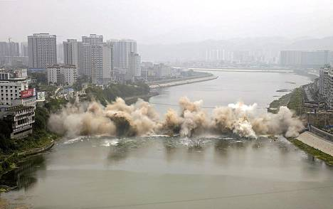 Sillan räjäytys nosti ilmaan pölypilven Zhangjiajiessa, Kiinassa. Vuonna 1971 puretun sillan tilalle rakennetaan uusi samalle paikalle.