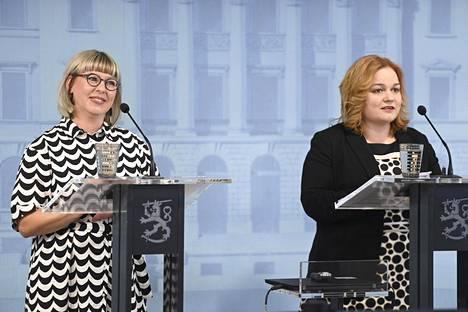 Sosiaali- ja terveysministeri Aino-Kaisa Pekonen ja perhe- ja peruspalveluministeri Krista Kiuru hallituksen tiedotustilaisuudessa tiistaina.