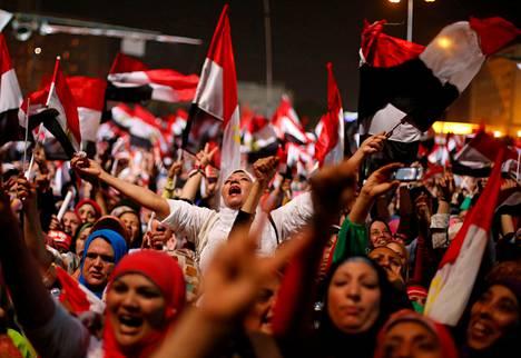 Presidentti Muhammed Mursin vastustajat juhlivat Tahririn aukiolla Kairossa myöhään keskiviikkona.