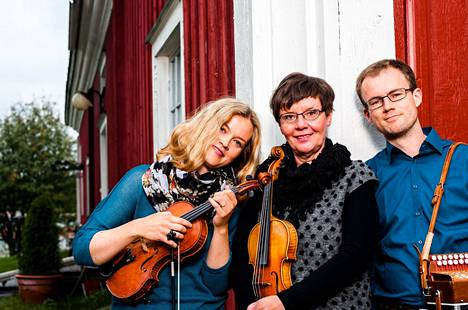 Kansanmusiikkiyhtye Tallarin jäseninä jatkavat Katri Haukilahti (vas.) ja Sampo Korva. Ritva Talvitie (keskellä) jää eläkkeelle.