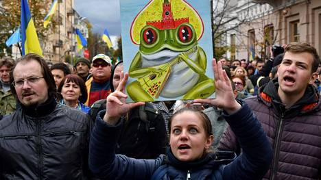Mielenosoittajat kerääntyivät sunnuntaina Kiovan keskustaan vastustamaan Ukrainan itäosan separatistialueiden laajempaa autonomiaa.