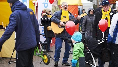 Rkp:n kuntavaaliehdokas Matti Kuronen esitti tekemänsä Vantaa-bluesin Tikkurilassa.