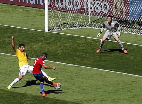 Alexis Sanchez iski Chilen tasoituksen Thiago Silvan estelyistä huolimatta. Maalivahti Julio Cesar oli voimaton.
