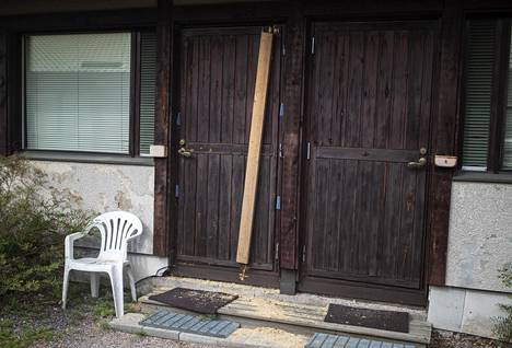 Poliisi oli sahannut veljesten huoneen oven kahtia moottorisahalla. Se oli myöhemmin paikattu laudalla.