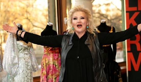 Karita Mattila esittää Kansallisoopperan komediallisessa Mozartissa juonta sotkevaa Despinaa.
