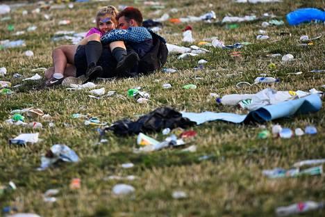 Viimeisiä yleisön edustajia roskien seassa Glastonburyn rockfestivaaleilla maanantaiaamuna.