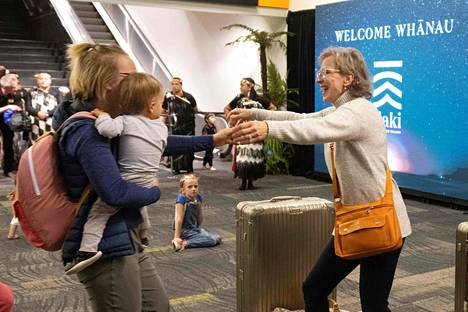 Wellingtonin lentoasemalla nähtiin maanantaina tunteikkaita kohtaamisia, kun karanteeniton matkustus sallittiin Australian ja Uuden-Seelannin välillä ensimmäistä kertaa yli vuoteen.
