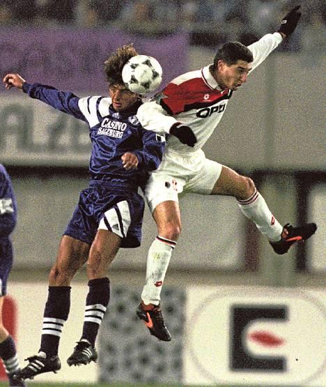 AC Milanin Daniele Massaro (oik.) kamppailee pallosta Salzburgin Wolfgang Feiersingerin kanssa Mestarien liigassa vuonna 1994.