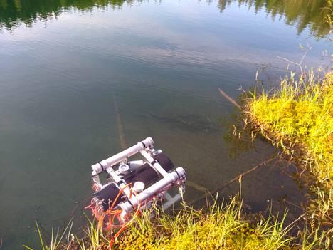 Pienoissukellusvene kuvattuna kirkasvetisessä lammessa. Antti ja Arto Suanto saivat varmistettua laitteella havainnon autosta viime perjantaina.