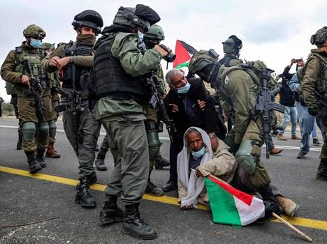 Israelin turvallisuusjoukot pidättivät vanhan palestiinalaismiehen, joka osallistui israelilaisten kanssa mielenosoituksiin siirtokuntia ja maa-alueiden pakkolunastuksia vastaan Yattassa miehitetyllä Länsirannalla tammikuussa.