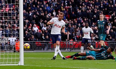 Harry Kane pääsi tekemään toisen maalinsa Southamptonia vastaan lähietäisyydeltä sen jälkeen, kun Tottenhamin hyökkäys oli sahannut Southamptonin puolustuksen rikki.