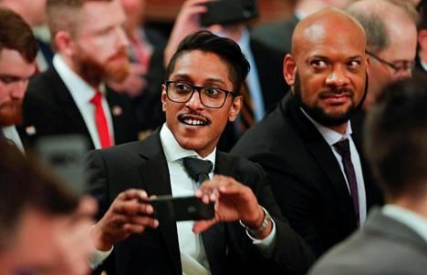Ali Alexander (keskellä) osallistui presidentti Donald Trumpin järjestämään somevaikuttajien tapahtumaan Valkoisessa talossa kesällä 2019.