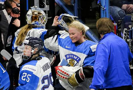 Naisten jääkiekkomaajoukkueen vakiopelaajat kuten maalivahti Noora Räty saivat kukin 10000 euron apurahan.