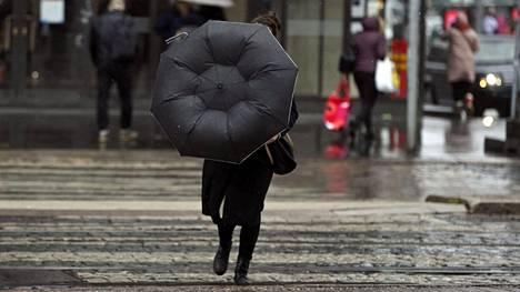 Ilmatieteen laitos ennustaa maanantaiksi sadetta ja ukkosta. Helsingissä satoi runsaasti 5. toukokuuta.