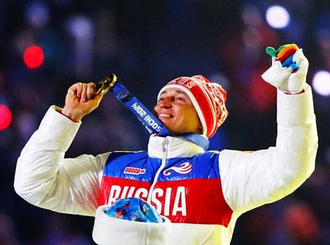 Alexander Legkov juhli Sotšissa 50 kilometrin yhteislähdön kultaa.