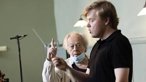 Pekka Kuusisto (oik.) osallistui elokuussa Jukka-Pekka Sarasteen perustaman orkesteriakatemian workshopiin Fiskarsissa. Taustalla Jorma Panula.