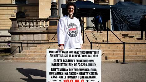 Muusikko Aki Hauru on osoittanut mieltään Säätytalon edessä jo 34 päivän ajan. Hauru aloitti tempauksensa talvella, jolloin mielenosoittaja sonnustautui pilkkihaalareihin, jotta pystyi paleltumatta seisomaan useamman tunnin ulkona.