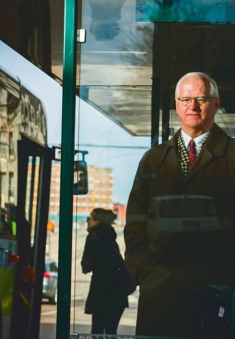 Linja-autoliiton toimitusjohtaja Heikki Kääriäinen kuvattiin bussipysäkillä Lauttasaaressa.
