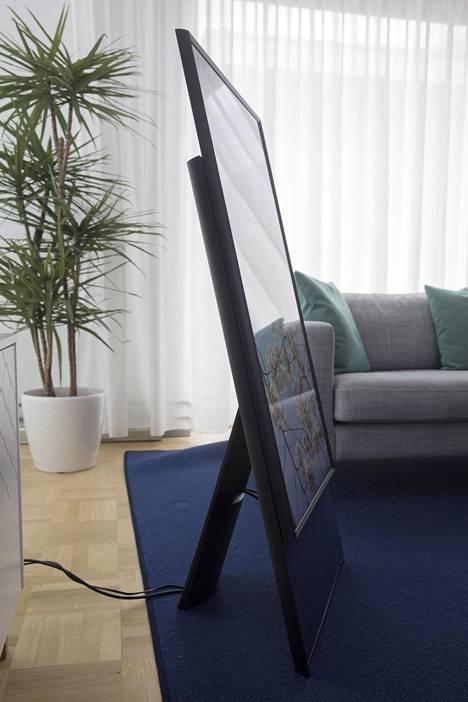 Johdot saa siististi piiloon television tukipalkkiin.