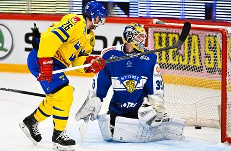 Martin Johansson viimeisteli Ruotsin 3–1-osuman Suomen maalia vartioineen Atte Engrenin selän taakse.