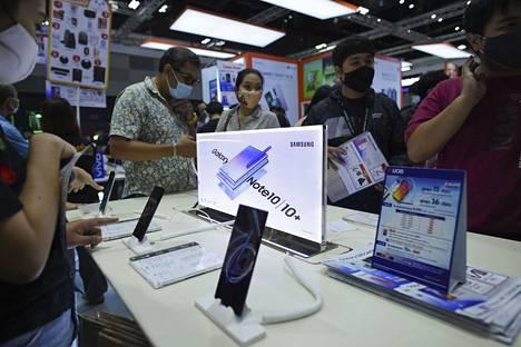 Asiakkaat tutustuivat Samsungin laitteisiin teknologiamessuilla Bangkokissa, Thaimaassa launtaina.