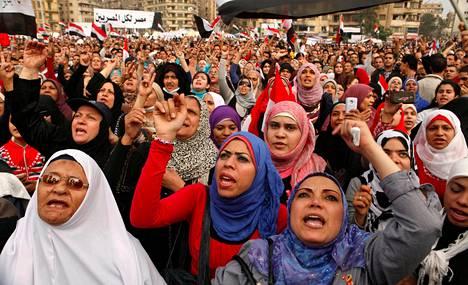 Sadattuhannet ihmiset kaikkialta Egyptistä osoittivat mieltään Tahririn aukiolla tiistaina.