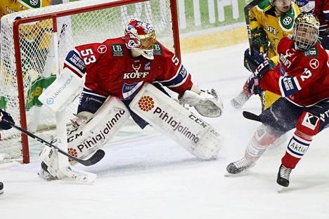 HIFK:n maalivahti Atte Engren pelasi hienosti Ilvestä vastaan. Toisessa erässä hän piti joukkuettaan pystyssä 17 torjunnallaan. Kuvassa oikealla Juhani Tyrväinen.