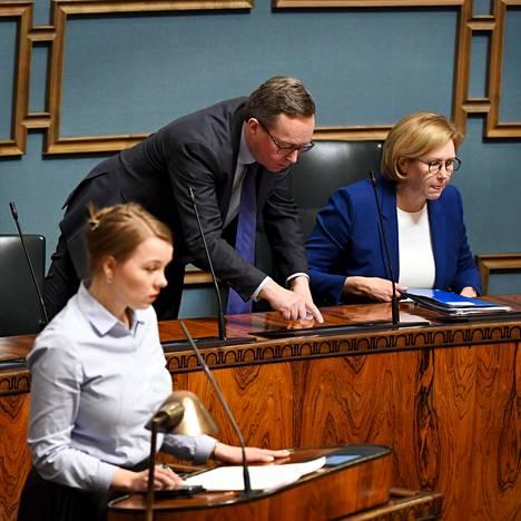 Valtiovarainministeri Katri Kulmuni, elinkeinoministeri Mika Lintilä ja työministeri Tuula Haatainen eduskunnan täysistunnossa huhtikuussa.