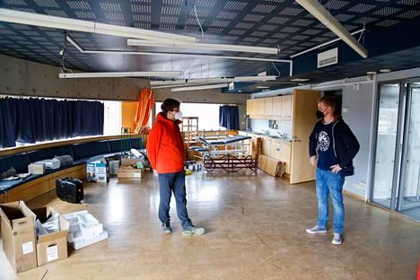 Saikkonen ja Suikki esittelevät panimon tulevaa edustus- ja saunaosastoa. Tilassa sijaitsi aiemmin Gardenian luontokoulu.
