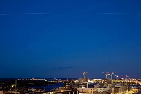 Pitkään valotukseen on tarttunut taivaalla kiitävän avaruusaseman lentorata. Kaaren ylimmässä kohtaa avaruusaseman sijainti on kohtisuoraan Puolan, Ukrainan ja Valko-Venäjän rajapisteen yläpuolella tuhannen kilometrin päässä.