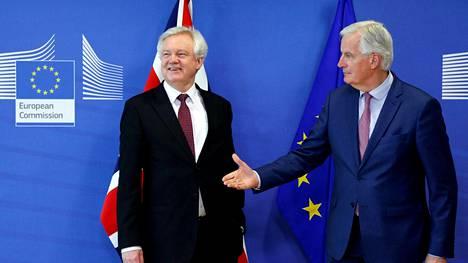 Britannian brexit-ministeri David Davis ja muiden EU-maiden puolesta neuvotteluja käyvä Michel Barnier tiedotustilaisuudessa Brysselissä.
