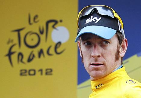 Bradley Wiggins pitää johtajan keltaista paitaa päällään 17. etapin jälkeen.