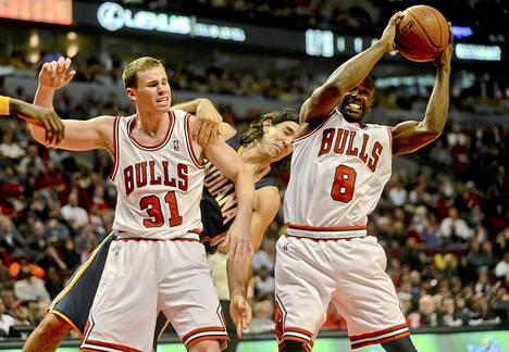 Erik Murphy (vas) pelasi ensimmäiset minuuttinsa koripalloliiga NBA:ssa torstain vastaisena yönä. Kuva lokakuisesta harjoitusottelusta.