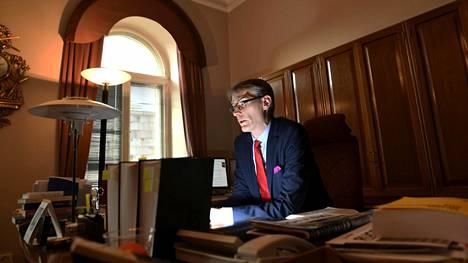 """Oikeuskansleri Tuomas Pöysti on korostanut toimineensa riippumattomana laillisuusvalvojana eikä hallituksen """"koronatiimin jäsenenä"""". Hänen lähettämänsä sähköpostit antavat kuitenkin toisenlaisen kuvan."""