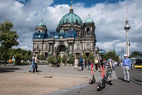 Berliini odottaa maltillisesti matkailijoiden paluuta. Kuvassa Berliinin tuomiokirkko. Oikealla näkyvä tv-torni avattiin yleisölle uudestaan perjantaina 22. toukokuuta parin kuukauden sulun jälkeen. Kuva viime kesältä.