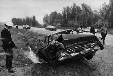 Henkilöauton ulosajo Kirkkonummella vuonna 1971. Liikenneonnettomuuksissa kuoli samana vuonna yli 1100 ihmistä. Viime vuonna kuolleita oli 253.