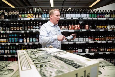 Kauppias Jouni Ekholm esittelee suomalaisten pienpanimo-oluiden laajaa valikoimaa Käpylän K-Supermarket Mustapekassa. Ekholmin asiakaskunnassa on paljon tavallista vaativampia herkuttelijoita.