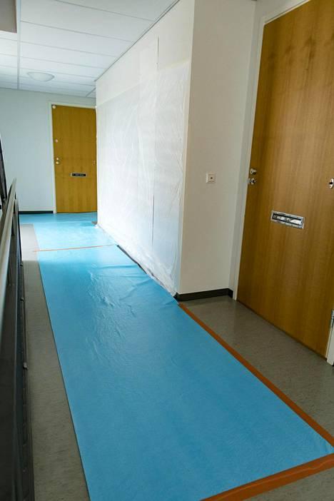 Entisen valtiovarainministerin Iiro Viinasen kerrostaloyhtiössä Lahdessa korjataan putkivuotoa viidettä kertaa kahden vuoden sisällä. Porrashuone on suojattu korjaustöitä varten.