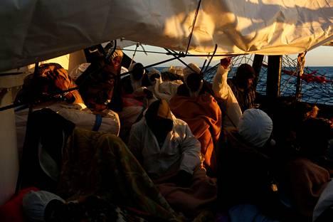 Siirtolaisia pelastuslaivalla Välimerellä Maltan edustalla huhtikuussa.