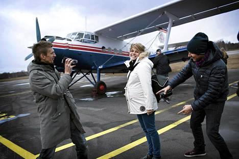 Jarkko Nieminen (vas.), Tuuli Petäjä-Sirén ja Mikko Ilonen kertoivat torstaina Malmin lentokentällä uudesta dokumenttisarjasta, jossa he ovat itse kuvanneet omaa elämäänsä.