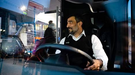 Bussinkuljettaja Aytac Manilacin mukaan koronavirusepidemia on näkynyt matkustajamäärissä.