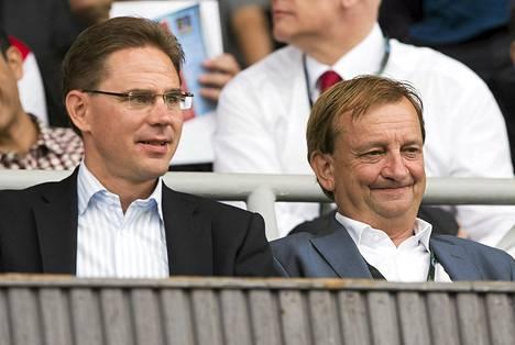 Hjallis Harkimo (oik.) seurasi ottelua pääministeri Jyrki Kataisen seurassa.