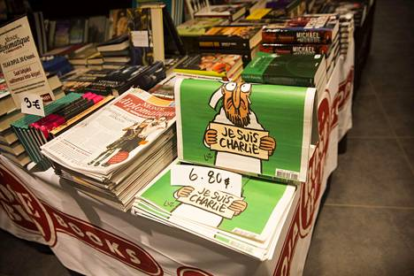 Charlie Hebdo -lehtiä myynnissä Helsingissä helmikuussa 2015.