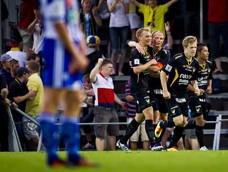 Hongan Tim Väyrynen (vas.) sai maalistaan onnitteluja muun muassa kapteeni Tapio Heikkilältä. Vahvaan vireeseen yltänyt espoolaisjoukkue nousi sarjataulukossa jo viidenneksi.