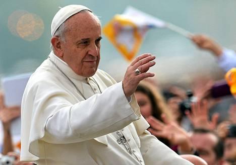 Paavi Franciscus tervehti yleisöä saapuessaan Pietarinaukiolle Vatikaanissa viime keskiviikkona.