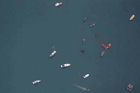 Laivastoalukset etsivät kadonnutta lentokonetta Jakartassa sunnuntaina.