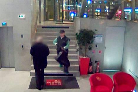 Sanomalehti Libérationissa ammuskellut mies näkyi turvakameroissa hänen paetessaan poliiseja Pariisissa maanantaina.