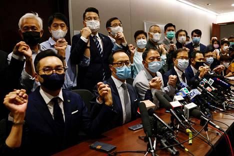 Neljä demokratiamielisen opposition kansanedustajaa sai välittömästi lähteä, ja loput oppositioedustajat ilmoittivat eroavansa protestiksi Hongkongissa.