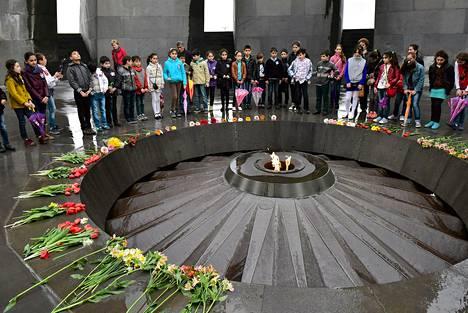 Lapset vierailivat huhtikuussa Armenian kansanmurhan muistomerkillä Jerevanissa.