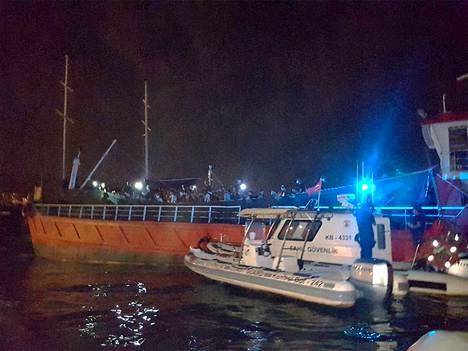 Turkin viranomaiset julkaisivat tiistaina kuvan, jossa näkyy siirtolaisia kuljettanut alus Izmirin satamassa.